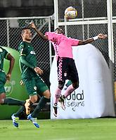 BOGOTA - COLOMBIA -21 -10-2016: Oliver Fula (Izq.) jugador de La Equidad disputa el balón con John Riascos (Der.) jugador de Boyaca Chico FC, durante partido entre La Equidad y Boyaca Chico FC, por la fecha 17 de la Liga Aguila II-2016, jugado en el estadio Metropolitano de Techo de la ciudad de Bogota. / Oliver Fula (L) player of La Equidad vies for the ball with John Riascos (R) player of Boyaca Chico FC, during a match La Equidad and Boyaca Chico FC, for the  date 17 of the Liga Aguila II-2016 at the Metropolitano de Techo Stadium in Bogota city, Photo: VizzorImage  / Luis Ramirez / Staff.