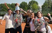 8-6-08, Amsterdam, Popeye Goldstar, finale Playoffs tenniscompetitie, Team Manege kampioen tenniscompetitie vieren hun feestje, v.l.n.r.:  eric bruijl,. jesse huta galung,aranxta rus, pauline wong en cap[tain mannon bollegraf