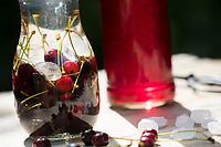 Vogelkirschen-Likör, Likör aus Vogelkirsche, Heilschnaps, Heilschnäpse, Kräuterschnaps, Kräuterschnäpse, Likör, Liköre, Kirschlikör, Kirsch-Likör, Kirsch-Schnaps, Schnaps, Kirschen werden angesetzt mit Wodka und Kandis-Zucker, Vogel-Kirsche, Vogelkirsche, Kirsche, Süß-Kirsche, Süss-Kirsche, Süsskirsche, Süßkirsche, Wildkirsche, Wild-Kirsche, Frucht, Früchte, Kirsche, Kirschen, Prunus avium, Gean, Mazzard, Wild Cherry, cherry, bitters, schnapps, liquor, cordial, Le merisier, cerisier des oiseaux