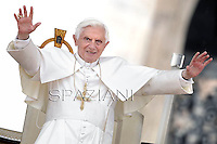 Pope Benedict XVI waves to faithfulls after his audience to the group renewal in the spirit In Saint Peter's Square at the vatican on May 26, 2012.