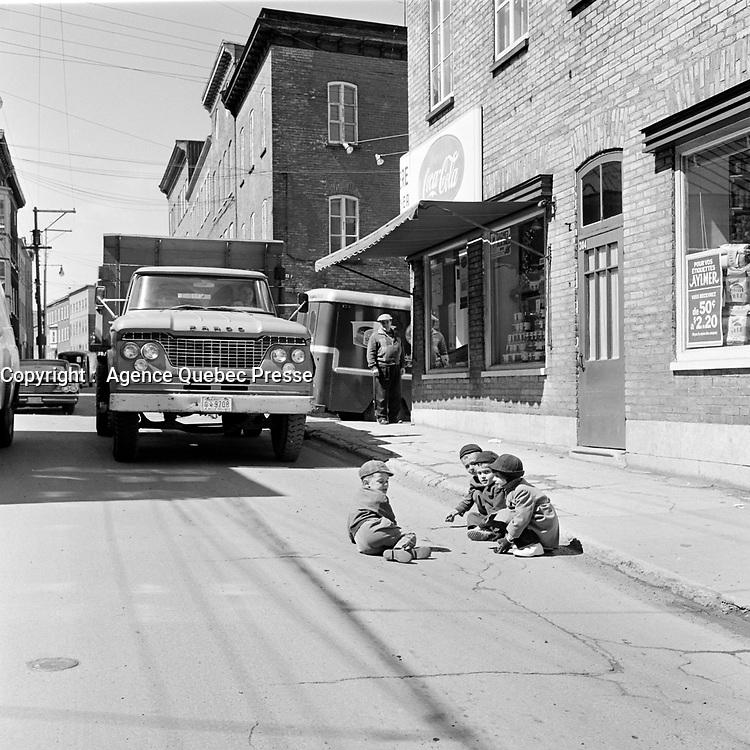 Enfants jouant dans les rues de la ville de Québec, en 1963<br /> <br /> PHOTO : Agence Quebec Presse - Photo Moderne
