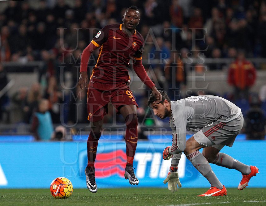 Calcio, Serie A: Roma vs Milan. Roma, stadio Olimpico, 9 gennaio 2016.<br /> Roma's Umar Sadiq, left, and AC Milan's goalkeeper Gianluigi Donnarumma fight for the ball during the Italian Serie A football match between Roma and Milan at Rome's Olympic stadium, 9 January 2016.<br /> UPDATE IMAGES PRESS/Isabella Bonotto