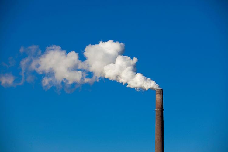 Europa, DEU, Deutschland, Nordrhein Westfalen, NRW, Rheinland, Niederrhein, Schornstein, Industrie, Industrieschornstein, Rauch, Abgase, Blauer Himmel, Kategorien und Themen, Umwelt, Umweltschutz, Umweltverschmutzung, Umweltprobleme, Umweltbelastung, Umweltzerstoerung, Umweltsuender, Umweltverbrechen, Umweltthema, Umweltthemen, Industrie, Industriefotografie, Wirtschaft, Wirtschaftsthemen, Technik, Technologie, Technologien....[Fuer die Nutzung gelten die jeweils gueltigen Allgemeinen Liefer-und Geschaeftsbedingungen. Nutzung nur gegen Verwendungsmeldung und Nachweis. Download der AGB unter http://www.image-box.com oder werden auf Anfrage zugesendet. Freigabe ist vorher erforderlich. Jede Nutzung des Fotos ist honorarpflichtig gemaess derzeit gueltiger MFM Liste - Kontakt, Uwe Schmid-Fotografie, Duisburg, Tel. (+49).2065.677997, ..archiv@image-box.com, www.image-box.com]
