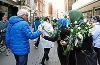 Nederland  Haarlem  2017. Actie : Hallo, wij zijn Moslims.  Er zijn veel mensen die een kritische houding hebben ten opzichte van moslims. Een gebrek aan dialoog is een van de oorzaken hiervan. Onder het motto 'samen werken aan een betere wereld' gaan moslimjongeren op zaterdag 29 april door het hele land de straat op om rozen uit te delen, zichzelf voor te stellen en het gesprek aan te gaan met hun medeburgers.    Foto mag niet in negatieve context gebruikt worden .     Foto Berlinda van Dam / Hollandse Hoogte