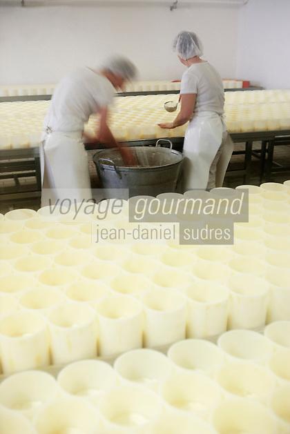 Europe/France/Normandie/Basse-Normandie/14/Calvados/Pays d'Auge /Saint Loup-de-Fribois: Camembert au lait cru moulé à la louche de la fromagerie du village - moulage manuel à la louche