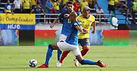 BARRANQUILLA – COLOMBIA, 10-10-2021: Martinez de Colombia (COL) y Fabinho de Brasil (BRA) dispután el balón durante partido entre los seleccionados de Colombia (COL) y Brasil (BRA), de la fecha 10 por la clasificatoria a la Copa Mundo FIFA Catar 2022, jugado en el estadio Metropolitano Roberto Meléndez en la ciudad de Barranquilla. /Martinez  of Colombia (COL) and Fabinho of Brasil (BRA) vie for the ball during match between the teams of Colombia (COL) and Brasil (BRA), of the 10th date for the FIFA World Cup Qatar 2022 Qualifier, played at Metropolitan stadium Roberto Melendez in Barranquilla city. Photo: VizzorImage / Jairo Cassiani / Contribuidor