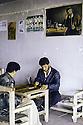 Irak 1992  Halabja: jeu de backgammon dans un café  Iraq 1992  Halabja : men playing backgammon in a teashop