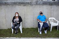 ARMENIA - COLOMBIA, 21-06-2021: Personas hacen cola para recibir su vacuna contra el COVID en medio de la pandemia de coronavirus en Bogotá, Colombia. Según el último informe oficial del Ministerio de Salud y Protección Social, Colombia registra 99.934 víctimas del COVID-19. Con más de 500 fallecidos en las últimas 24 horas el país espera llegar a las 100.000 víctimas hoy. / People queue to receive their COVID vaccine amid the coronavirus pandemic in Bogotá, Colombia. According to the latest official report from the Ministry of Health and Social Protection, Colombia registers 99,934 victims of COVID-19. With more than 500 deaths in the last 24 hours, the country expects to reach 100,000 victims today. Photo: VizzorImage / Santiago Castro / Cont