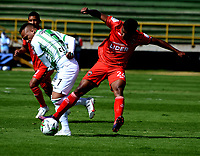 TUNJA-COLOMBIA, 25-10-2020: Jhon Miranda de Patriotas Boyaca y Jarlan Barrera de Atletico Nacional disputan el balon, durante partido de la fecha 16 entre Patriotas Boyaca y Atletico Nacional, por la Liga BetPlay DIMAYOR 2020, jugado en el estadio La Independencia de la ciudad de Tunja. / Jhon Miranda a of Patriotas Boyaca and Jarlan Barrera of Atletico Nacional figh for the ball, during a match of the 16h date between Patriotas Boyaca and Atletico Nacional, for the BetPlay DIMAYOR League 2020 played at the La Independencia stadium in Tunja city. / Photo: VizzorImage / Macgiver Baron / Cont.
