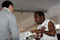Wladimir Klitschko (UKR) mit seinem Trainer Emanuel Steward (USA)<br /> Dr. Wladimir Klitschko vs. Hasim Rahman, Pressetraining<br /> *** Local Caption *** Foto ist honorarpflichtig! zzgl. gesetzl. MwSt. Auf Anfrage in hoeherer Qualitaet/Aufloesung. Belegexemplar an: Marc Schueler, Am Ziegelfalltor 4, 64625 Bensheim, Tel. +49 (0) 151 11 65 49 88, www.gameday-mediaservices.de. Email: marc.schueler@gameday-mediaservices.de, Bankverbindung: Volksbank Bergstrasse, Kto.: 151297, BLZ: 50960101