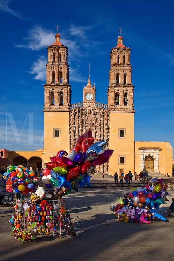 BALOONS are sold in front of the DOLORES HIDALGO CATHEDRAL built in the 16th century - GUANAJUATO, MEXICO