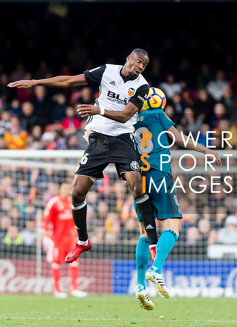 Geoffrey Kondogbia of Valencia CF (L) fights for the ball with Toni Kroos of Real Madrid (R) during the La Liga 2017-18 match between Valencia CF and Real Madrid at Estadio de Mestalla  on 27 January 2018 in Valencia, Spain. Photo by Maria Jose Segovia Carmona / Power Sport Images