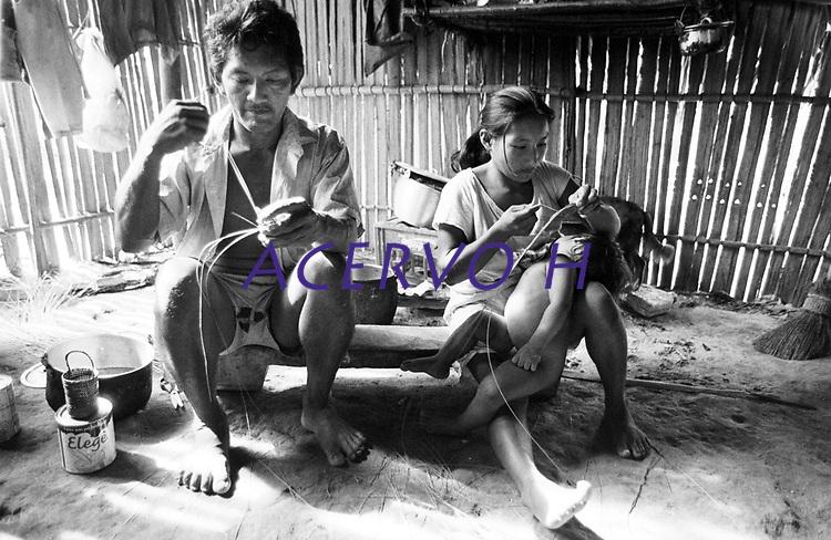 Índio Werekena Bartolo Cândido, morador da comunidade de Anamoim no alto rio Xié,começa com sua família o trabalho de beneficiamento da piaçaba (Leopoldínia píassaba Wall), para trnsformá-la em artesanato . A fibra  um dos principais produtos geradores de renda na região é  coletada de forma rudimentar. Até hoje é utilizada na fabricação de cordas para embarcações, chapéus, artesanato e principalmente vassouras, que são vendidas em várias regiões do país.<br />Alto rio Xié, fronteira do Brasil com a colombia a cerca de 1.000Km oeste de Manaus.<br />06/06/2002.<br />Foto: Paulo Santos/Interfoto Expedição Werekena do Xié<br /> <br /> Os índios Baré e Werekena (ou Warekena) vivem principalmente ao longo do Rio Xié e alto curso do Rio Negro, para onde grande parte deles migrou compulsoriamente em razão do contato com os não-índios, cuja história foi marcada pela violência e a exploração do trabalho extrativista. Oriundos da família lingüística aruak, hoje falam uma língua franca, o nheengatu, difundida pelos carmelitas no período colonial. Integram a área cultural conhecida como Noroeste Amazônico. (ISA)