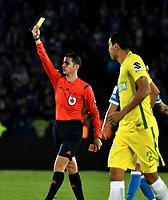 BOGOTA - COLOMBIA - 07 – 04 - 2017: Jorge Guzman (Izq.),  arbitro, muestra tarjeta amarilla a Macnelly Torres (fuera de Cuadro) jugador de Atletico Nacional, durante partido de la fecha 12 entre Millonarios y Atletico Nacional, por la Liga Aguila I-2017, jugado en el estadio Nemesio Camacho El Campin de la ciudad de Bogota. / Jorge Guzman (L), referee, shows yellow card to Macnelly Torres (Out of Frame), player of Atletico Nacional, during a match of the date 12 between Millonarios and Atletico Nacional, for the Liga Aguila I-2017 played at the Nemesio Camacho El Campin Stadium in Bogota city, Photo: VizzorImage / Luis Ramirez / Staff.