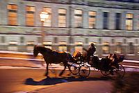 Amérique/Amérique du Nord/Canada/Québec/ Québec: Promenade en calèche dans le Vieux-Québec à la tombée de la nuit