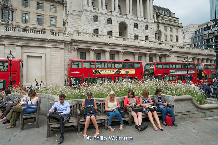 City workers lunch break, Bank of England, Threadneedle Street, City of London.