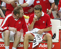 04-03-2006,Swiss,Freibourgh, Davis Cup , Swiss-Netherlands,  Marco Chiudinelli eats a banana and is coached bij Marc Rosset in his match against Schalken