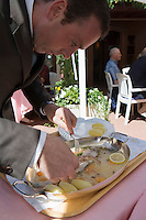 """Europe/France/Rhône-Alpes/74/Haute Savoie/ Evian:  Hôtel-Restaurant """" """"La Verniaz""""  Découpe de la féra du Lac"""