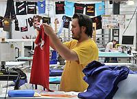 Spreadshirt - Feature Spreadshirt - Hemden T-Shirt Druckerei Textil  Mitarbeiter Andreas Silber (25, Student) in der Produktion der bedruckten Hemden . Foto: aif / Norman Rembarz<br /> <br /> Jegliche kommerzielle wie redaktionelle Nutzung ist honorar- und mehrwertsteuerpflichtig! Persönlichkeitsrechte sind zu wahren. Es wird keine Haftung übernommen bei Verletzung von Rechten Dritter. Autoren-Nennung gem. §13 UrhGes. wird verlangt. Weitergabe an Dritte nur nach  vorheriger Absprache. Online-Nutzung ist separat kostenpflichtig.