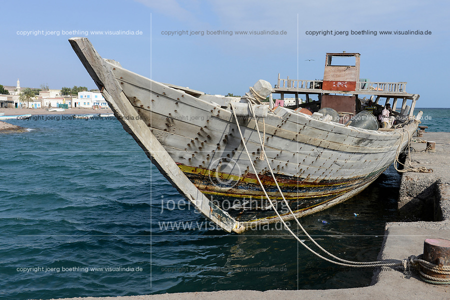 DJIBOUTI Tadjourah, old port, cargo dhow transporting goods on red sea / DSCHIBUTI Tadjourah, Hafen, altes Dhau Schiff aus Holz