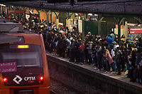 SÃO PAULO, SP, 27.05.2021:  Movimentação CPTM SP - Devido a problemas trens da linha 7 Rubi da CPTM  circularam com velocidade reduzida entre a estação Jundiaí no interior de São Paulo até a estação da Luz região central da cidade de São Paulo na manhã desta quinta - feira (27). No destaque a aglomeração de passageiros na estação Perus da linha 7 Rubi da CPTM