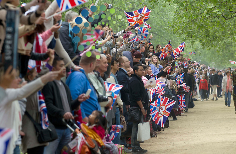 Tourist looking for Princess Kate and Prince William  as the Royal party come down the mall in London. .Picture: Maurice McDonald/Universal News And Sport (Europe).29 April 2011..