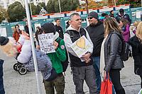 """Mit Plueschtieren als Symbol fuer eine angebliche """"pysiche und psychische Schaedigung unsere Kinder durch die Corona-Maßnahmen"""" protestierten Corona-Leugner und Impfgegner unter dem Motto """"Haende weg von unseren Kinder"""" am Montag den 19. Oktober 2020 in Berlin. Dabei wurden Schilder mit der Aufschrift """"Ihr seid Verbrecher, Finger weg von unseren Kindern"""", """"Nur die Coronaregeln machen unsere Kinder krank"""" und """"Maske ist Folter"""" gehalten. Manche der Kuscheltiere hatten eine Maske mit dem Spruch """"I can't breath"""" der antirassistischen Blick Lives Matter-Bewegung um.<br /> 19.10.2020, Berlin<br /> Copyright: Christian-Ditsch.de"""