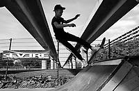 Nederland - Amsterdam -  September 2018. 50 jaar Bijlmer. Kraaiennest. Maaiveld Sportevenement georganiseerd door K-Zone Sports. Skaten onder het spoor van de metro.   Foto mag niet in negatieve context gepubliceerd worden.     Foto Berlinda van Dam / Hollandse Hoogte