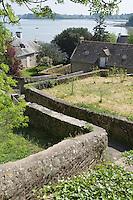 Europe/France/Bretagne/56/Morbihan/Golfe du Morbihan/Ile-Aux-Moines/Locmiquel: Depuis l' église un escalier descend vers le Golfe du Morbihan