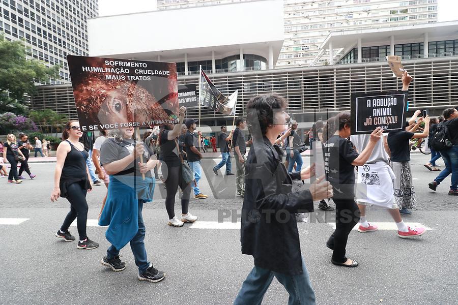 SÃO PAULO,SP, 18.02.2018 - PROTESTO-SP - Integrantes de ongs em defesa dos animais durante ato pedindo o fim da exportação de animais na Avenida Paulista em São Paulo neste domingo, 18. (Foto: Fabricio Bomjardim/Brazil Photo Press)
