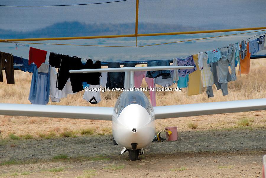 4415 / Waschtag: AFRIKA, SUEDAFRIKA, 01.01.2007:Flugplatz Gariepdam, Waschtag, Waesche, Waesche auf der Leine