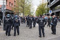 """Auf und rund um den Rosa-Luxemburg-Platz in Berlin-Mitte haben am Samstag den 25. April 2020 mehrere hundert Menschen gegen die Einschraenkungen im Zuge der Massnahmen zur Eindaeemung der Covid-19-Pandemie protestiert. Rechtsextremisten, Hooligans, Antisemiten, Verschwoerungstheoretiker und AfD-Politiker hatten zu einer sogenannten """"Hygiene-Demo"""" versammelt. Vereinzelt protestierten Menschen am Rande gegen diese Demonstration.<br /> Die Polizei war mit mehreren hundert Beamten im Einsatz und nahm mehr als 100 Personen fest.<br /> Im Bild: Die Polizei hat den Zugang zum Platz abgeriegelt. Vor der Absperrung sammeln sich die Demonstranten.<br /> 25.4.2020, Berlin<br /> Copyright: Christian-Ditsch.de<br /> [NUR FUER REDAKTIONELLE ZWECKE! Werbung nur auf Anfrage beim Fotografen. Inhaltsveraendernde Manipulation des Fotos nur nach ausdruecklicher Genehmigung des Fotografen. Vereinbarungen ueber Abtretung von Persoenlichkeitsrechten/Model Release der abgebildeten Person/Personen liegen nicht vor. NO MODEL RELEASE! Don't publish without copyright Christian-Ditsch.de, Veroeffentlichung nur mit Fotografennennung, sowie gegen Honorar, MwSt. und Beleg. Konto: I N G - D i B a, IBAN DE58500105175400192269, BIC INGDDEFFXXX, Kontakt: post@christian-ditsch.de<br /> Bei der Bearbeitung der Dateiinformationen darf die Urheberkennzeichnung in den EXIF- und  IPTC-Daten nicht entfernt werden, diese sind in digitalen Medien nach §95c UrhG rechtlich geschuetzt. Der Urhebervermerk wird gemaess §13 UrhG verlangt.]"""