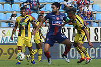 SANTA MARTA- COLOMBIA, 31-03-2019: Abel Aguilar (Izq.) jugador del Unión Magdalena  disputa el balón conJuan Mancilla (Der.) jugador de Alianza Petrolera  durante partido por fecha 12 de la Liga Águila I 2019 jugado en el estadio Sierra Nevada de la ciudad de Santa Marta. / Abel Aguilar (L) player of Union Magdalena   fights for the ball with Juan Mancilla (R) player of Alianza Petrolera   during match for the date 12 as part of the  Aguila League  I 2019 played at the Sierra Nevada Stadium in Santa Marta  city. Photo: VizzorImage /Gustavo Pacheco / Contribuidor