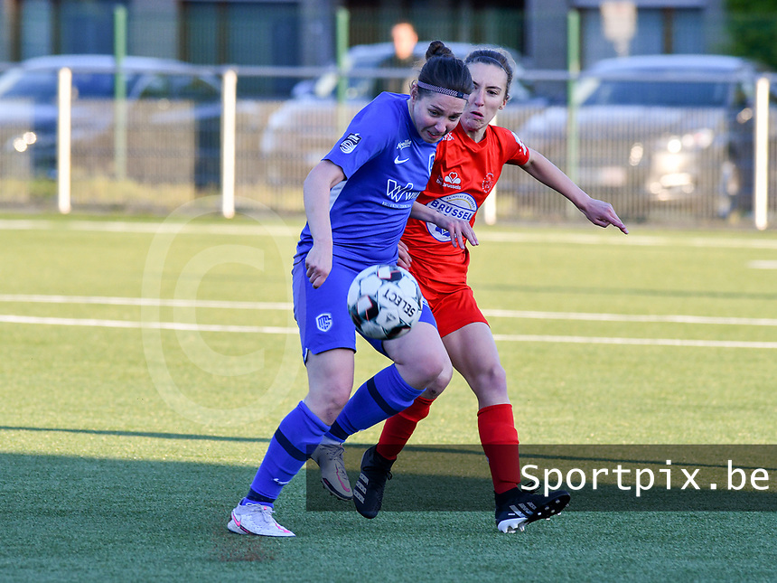 Lorene Martin (6) of KRC Genk and Selina Gijsbrechts (11) of Woluwe battle for the ball during a female soccer game between  Racing Genk Ladies and White Star Woluwe on the 8 th matchday of play off 2 in the 2020 - 2021 season of Belgian Scooore Womens Super League , tuesday 18 th of May 2021  in Genk , Belgium . PHOTO SPORTPIX.BE | SPP | JILL DELSAUX