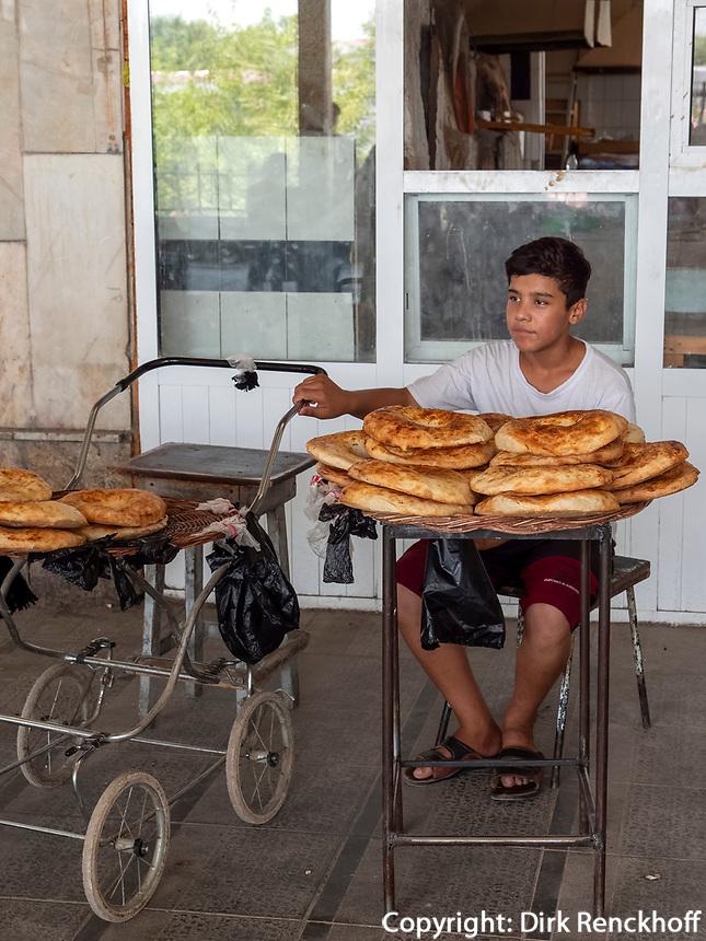 Brotverkäufer, Chorsu-Basar in Taschkent, Usbekistan, AsienSelling bread, Chorsu-Bazaar in Tashkent, Uzbekistan, Asia