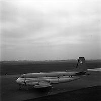 """cérémonie de baptême de l'avion militaire """"Bréguet 1150 Atlantic"""" destiné aux forces de l'OTAN en présence de M. Pierre Mesmer (ministre de la Guerre) et de son épouse (marraine de l'avion),le  3 novembre 1961. aux Ateliers Bréguet (Colomiers)"""
