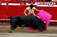 MANIZALES-COLOMBIA. 10-01-2016: Enrique Ponce, torero español, lidiando al toro Cigarrito  durante el Mano a Mano con El Juli, corrida como parte de la version 60 de La Feria de Manizales 2016 que se lleva a cabo entre el 2 y el 10 de enero de 2016 en la ciudad de Manizales, Colombia. / The bullfighter Enrique Ponce, struggling the bull Cigarrito during the bullfight as part of the 60th version of Manizales Fair 2016 takes place between 2 and 10 January 2016 in the city of Manizales, Colombia. Photo: VizzorImage / Santiago Osorio / Cont.