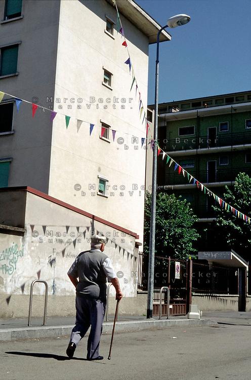 Milano, località di Figino, periferia nord - ovest. Anziano con bastone da passeggio --- Milan, locality of Figino, north - west periphery. Elderly person with walking stick
