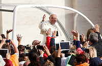 Papa Francesco saluta i fedeli al suo arrivo all'udienza generale del mercoledi' in Piazza San Pietro, Citta' del Vaticano, 5 novembre 2014.<br /> Pope Francis waves to faithful as he arrives for his weekly general audience in St. Peter's Square at the Vatican, 5 November 2014.<br /> UPDATE IMAGES PRESS/Riccardo De Luca<br /> <br /> STRICTLY ONLY FOR EDITORIAL USE