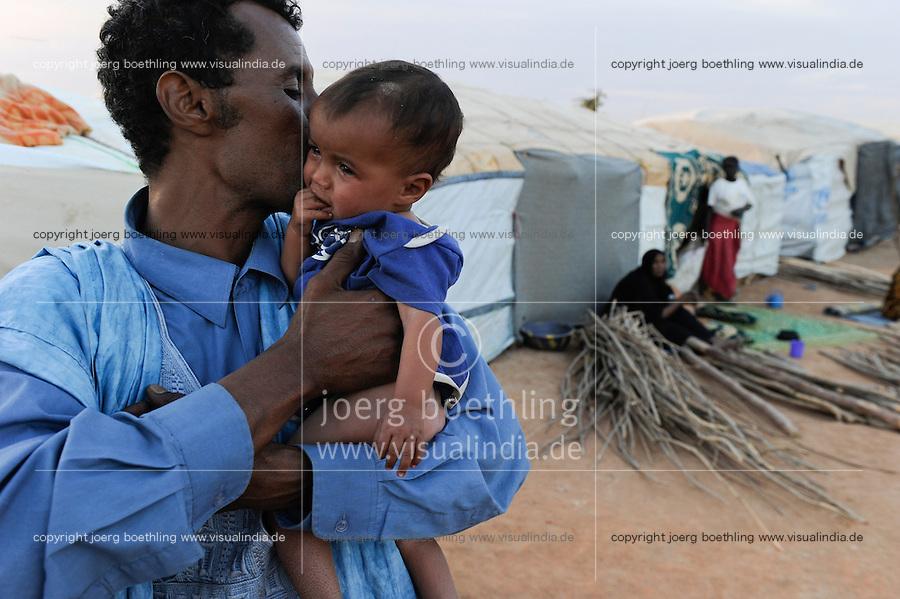 BURKINA FASO Djibo , malische Fluechtlinge, vorwiegend Tuaregs, im Fluechtlingslager Mentao des UN Hilfswerks UNHCR, sie sind vor dem Krieg und islamistischem Terror aus ihrer Heimat in Nordmali geflohen, Tuareg MUPHTAH AG MOHAMED mit seinem Kind aus Timbuktu / BURKINA FASO Djibo, malian refugees, mostly Touaregs, in refugee camp Mentao of UNHCR, they fled due to war and islamist terror in Northern Mali , Tuareg MUPHTAH AG MOHAMED with his child  from Tombouctou , WEITERE MOTIVE ZU DIESEM THEMA SIND VORHANDEN!! MORE PICTURES ON THIS SUBJECT AVAILABLE!!