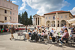 Croatia, Istria, Pula: restaurants, the Temple of Augustus and the municipal palace at Forum square | Kroatien, Istrien, Pula: Restaurants, der Augustustempel und der Kommunal-Palast auf dem Forum-Platz