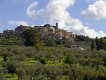 Italien, Latium, Bergdorf Scandriglia in der Region Sabina mit den Monti Sabini   Italy, Lazio, Region Sabina: mountain village Scandriglia with Monti Sabini mountains