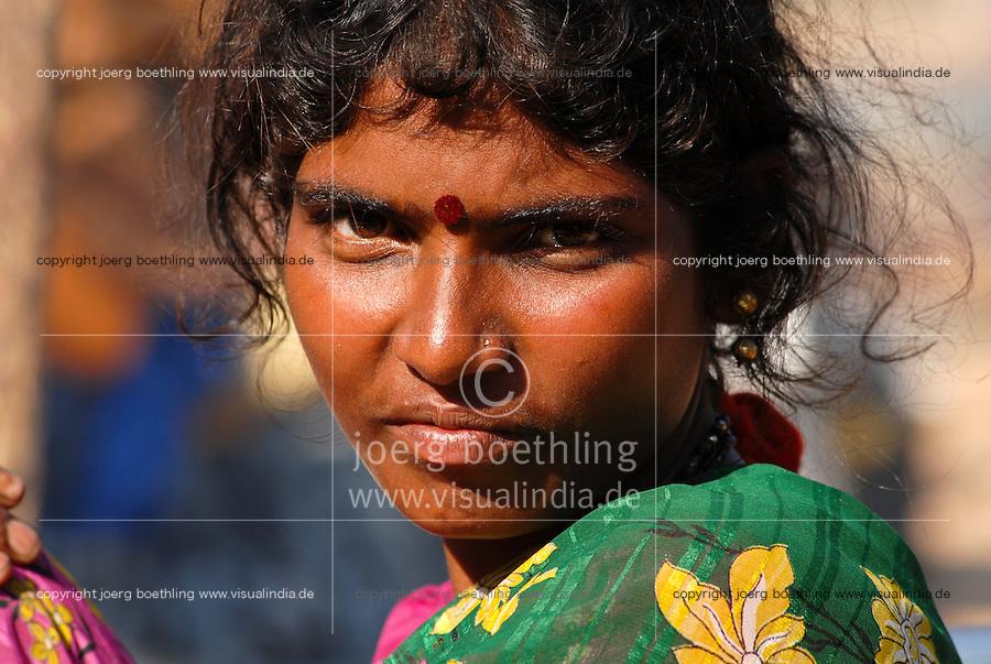 INDIA Karnataka , fishing nomads at river Phalguni, portrait of woman / INDIEN Karnataka Moodbidri , Fischer Familien mit ihren Kindern am Fluss Phalguni, Portraet einer Frau