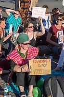 """Protest gegen das Burkini-Verbot in Frankreich.<br /> Muslimische und nicht-muslimische Frauen protestierten am Donnerstag den 25. August 2016 in Berlin mit einer """"Beach-Party gegen Rassismus"""" vor der Franzoesischen Botschaft gegen das Verbot der muslimischen Badebekleidung """"Burkini"""".<br /> In Frankreich war wenige Tage zuvor eine muslimische Frau am Strand von Polizeibeamten unter dem Applaus von umstehenden Badegaesten gezwungen worden ihre Strandbekleidung auszuziehen.<br /> 25.8.2016, Berlin<br /> Copyright: Christian-Ditsch.de<br /> [Inhaltsveraendernde Manipulation des Fotos nur nach ausdruecklicher Genehmigung des Fotografen. Vereinbarungen ueber Abtretung von Persoenlichkeitsrechten/Model Release der abgebildeten Person/Personen liegen nicht vor. NO MODEL RELEASE! Nur fuer Redaktionelle Zwecke. Don't publish without copyright Christian-Ditsch.de, Veroeffentlichung nur mit Fotografennennung, sowie gegen Honorar, MwSt. und Beleg. Konto: I N G - D i B a, IBAN DE58500105175400192269, BIC INGDDEFFXXX, Kontakt: post@christian-ditsch.de<br /> Bei der Bearbeitung der Dateiinformationen darf die Urheberkennzeichnung in den EXIF- und  IPTC-Daten nicht entfernt werden, diese sind in digitalen Medien nach §95c UrhG rechtlich geschuetzt. Der Urhebervermerk wird gemaess §13 UrhG verlangt.]"""