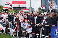 Der aegyptische Praesident Abdel Fattah al-Sisi kam am 3. und 4. Juni 2015 zu einem Staatsbesuch nach Berlin.<br /> Im Vorfeld gab es Proteste gegen diesen Besuch, da in Aegypten u.a. massenweise Todesurteile gegen Regierungsgegner verhaengt und missliebige Journalisten verhaftet werden. Bundestagspraesident Norbert Lammert sagte ein Treffen mit al Sisi ab. Bundespraesident Gauck hingegen empfing den Praesidenten mit militaerischen Ehren und Bundeskanzlerin Merkel lud ihn in das Bundeskanzleramt ein.<br /> Im Bild: Ca. 200 Anhaenger von al Sisi feiern seinen Besuch in Berlin mit Fahnen, Transparenten, Sprechchoeren Musik und Luftballons. Unter den Demonstranten kam es kurz zu einer Auseinandersetzung mit vermeindlichen Gegnern des Praesidenten. Zwei Personen wurden von der Polizei festgenommen.<br /> 3.6.2015, Berlin<br /> Copyright: Christian-Ditsch.de<br /> [Inhaltsveraendernde Manipulation des Fotos nur nach ausdruecklicher Genehmigung des Fotografen. Vereinbarungen ueber Abtretung von Persoenlichkeitsrechten/Model Release der abgebildeten Person/Personen liegen nicht vor. NO MODEL RELEASE! Nur fuer Redaktionelle Zwecke. Don't publish without copyright Christian-Ditsch.de, Veroeffentlichung nur mit Fotografennennung, sowie gegen Honorar, MwSt. und Beleg. Konto: I N G - D i B a, IBAN DE58500105175400192269, BIC INGDDEFFXXX, Kontakt: post@christian-ditsch.de<br /> Bei der Bearbeitung der Dateiinformationen darf die Urheberkennzeichnung in den EXIF- und  IPTC-Daten nicht entfernt werden, diese sind in digitalen Medien nach §95c UrhG rechtlich geschuetzt. Der Urhebervermerk wird gemaess §13 UrhG verlangt.]