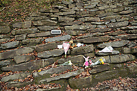 Pictured: Tributes at the entrance to the track leading to the house that burned in Llangammarch Wells, Powys, Wales, UK. Tuesday 31 October 2017<br />