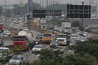 SÃO PAULO, SP, 30/01/2012, CAMINHÃO PERDE RODA + TRANSITO MARG. TIETE.<br />  Um caminhão perdeu a roda na Marginal Tiete proximo a ponte Cruzeiro do Sul, com isso a pista expressa ficou totalmente travada, o reflexo chegou até a Rodovia Dutra.<br /> Luiz Guarnieri/ News Free