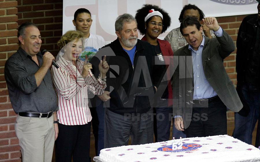 SÃO BERNARDO DO CAMPO, SP, 12 DE MAIO DE 2011 - LULA NO ANIVERSÁRIO DE 52 ANOS DO SINDICATOS DOS METALURGICOS -  Sindicato dos Metalúrgicos do ABC homenageia o ex-presidente  Luis Inácio Lula da Silva, na noite desta quinta-feira (12), em sua sede, em evento de comemoração dos 52 anos de fundação da entidade. Lula recebe o Prêmio João Ferrador – personagem símbolo da categoria - por seu trabalho na Presidência da República. Na região central de São Bernardo do Campo no ABC Paulista. (FOTO: ALE VIANNA / NEWS FREE).