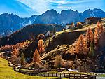 Italien, Suedtirol (Trentino - Alto Adige), Dolomiten, Campilltal: Bergsteigerdorf Campill - Weiler Misci vor der Puezgruppe | Italy, South Tyrol (Trentino - Alto Adige), Campill Valley (Val di Longiarù): mountain village Campill (Longiarù) - hamlet Misci and Puez mountains (Gruppo del Puez)