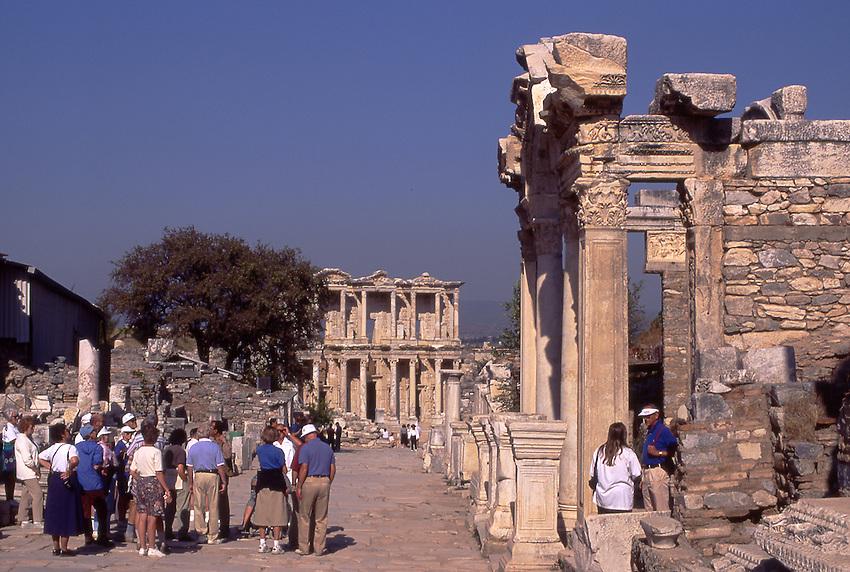 TUR, Tuerkei, Tuerkische Aegaeis, Aegaeis, Ephesos, Hadrianstempel, im Hintergrund Celsusbibliothek, Das kleine tempelartige Monument stellt aufgrund seiner Bauinschrift eine Huldigung an Kaiser Hadrian 117-138 n. Chr. dar. Bemerkenswert ist vor allem seine dekorative Ausgestaltung, die einen gewissen Jenseitsbezug nahelegt. In den 50er Jahren wurde das Monument teilweise wiedererrichtet. <br /> [Fuer die Nutzung gelten die jeweils gueltigen Allgemeinen Liefer-und Geschaeftsbedingungen. Nutzung nur gegen Verwendungsmeldung und Nachweis. Download der AGB unter http://www.image-box.com oder werden auf Anfrage zugesendet. Freigabe ist vorher erforderlich. Jede Nutzung des Fotos ist honorarpflichtig gemaess derzeit gueltiger MFM Liste - Kontakt, Uwe Schmid-Fotografie, Duisburg, Tel. (+49).2065.677997, fotofinder@image-box.com, www.image-box.com]